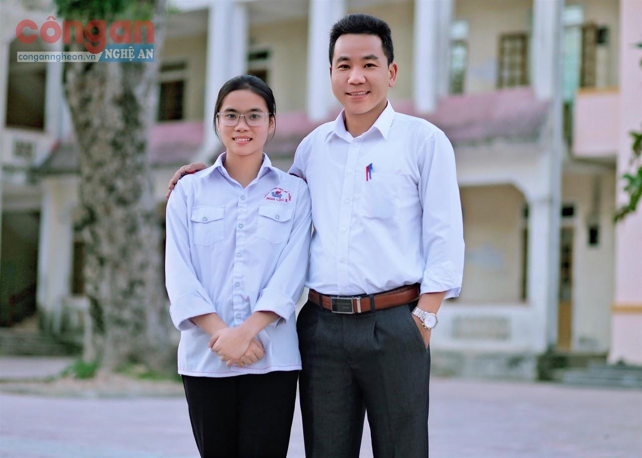 Em Đinh Thị Huyền chụp chung với thầy Nguyễn Phú Hòa, giáo viên trực tiếp bồi dưỡng cho em môn Sinh học