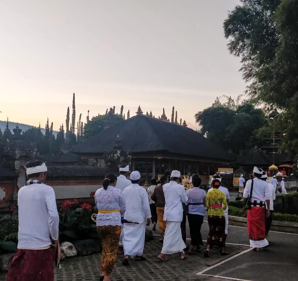 balinese people praying at temple ulun danu pura bali.jpg
