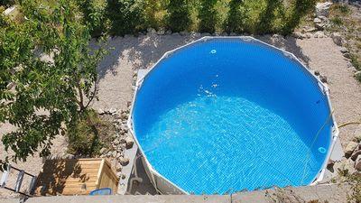 Se rafraichir dans notre petite piscine, avec vue sur la montagne !