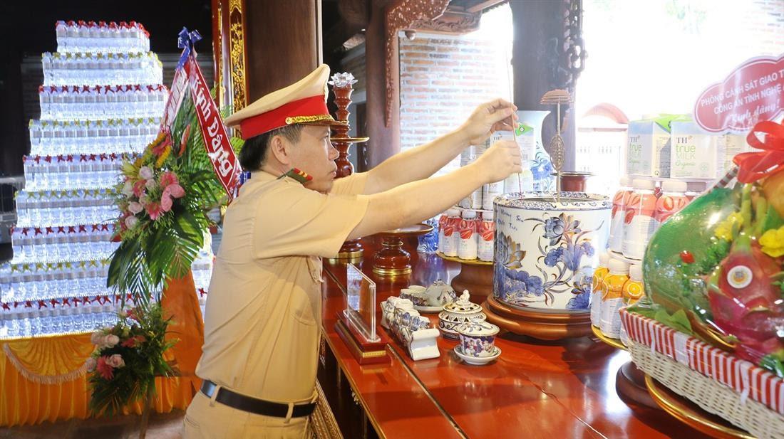 Đồng chí Thượng tá Lê Thanh Nghị, Trưởng phòng CSGT Công an tỉnh dâng hương tưởng nhớ công lao của Chủ tịch Hồ Chí Minh và những người thân trong gia đình của Người.