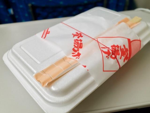白い容器に入れられた、かしわめし弁当