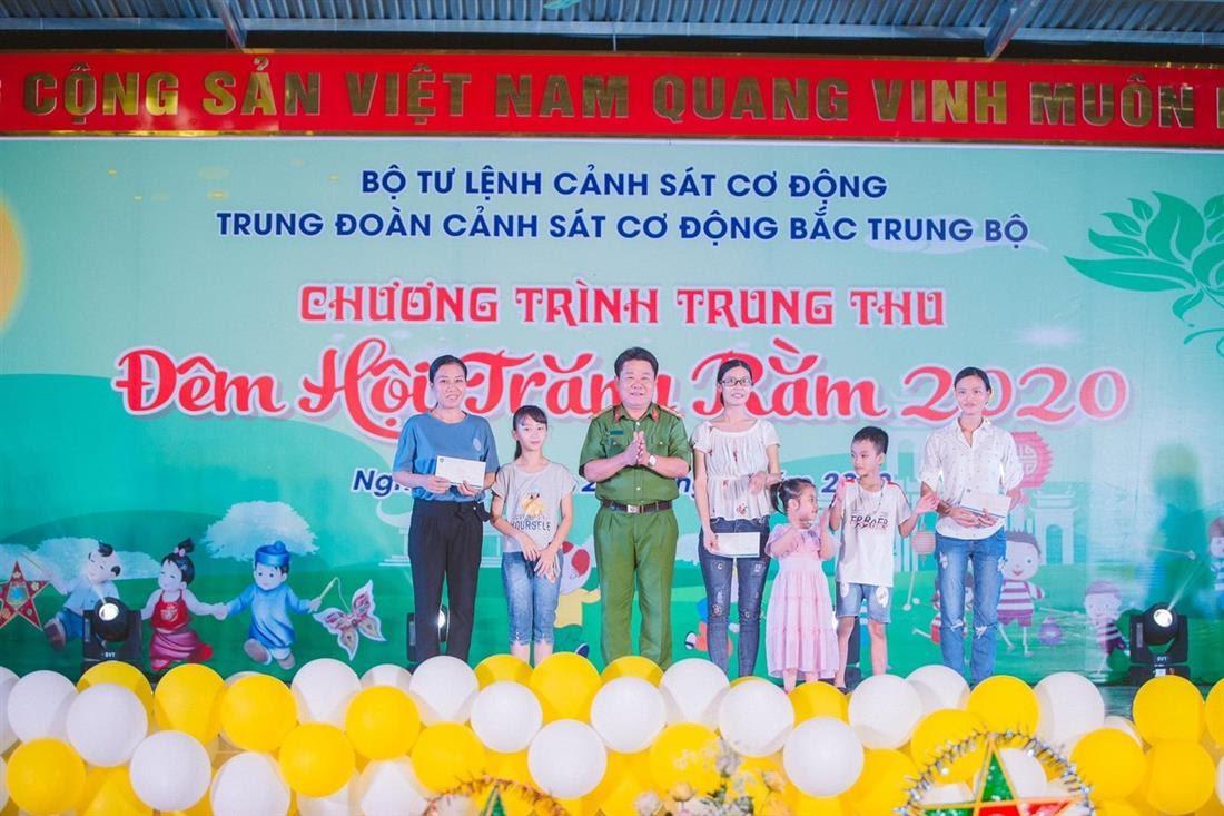 Đại tá Lê Anh Tuấn, Trung đoàn trưởng Trung đoàn CSCĐ Bắc Trung Bộ tặng quà gia đình công nhân viên, hợp đồng lao động có hoàn cảnh đặc biệt khó khăn của đơn vị.