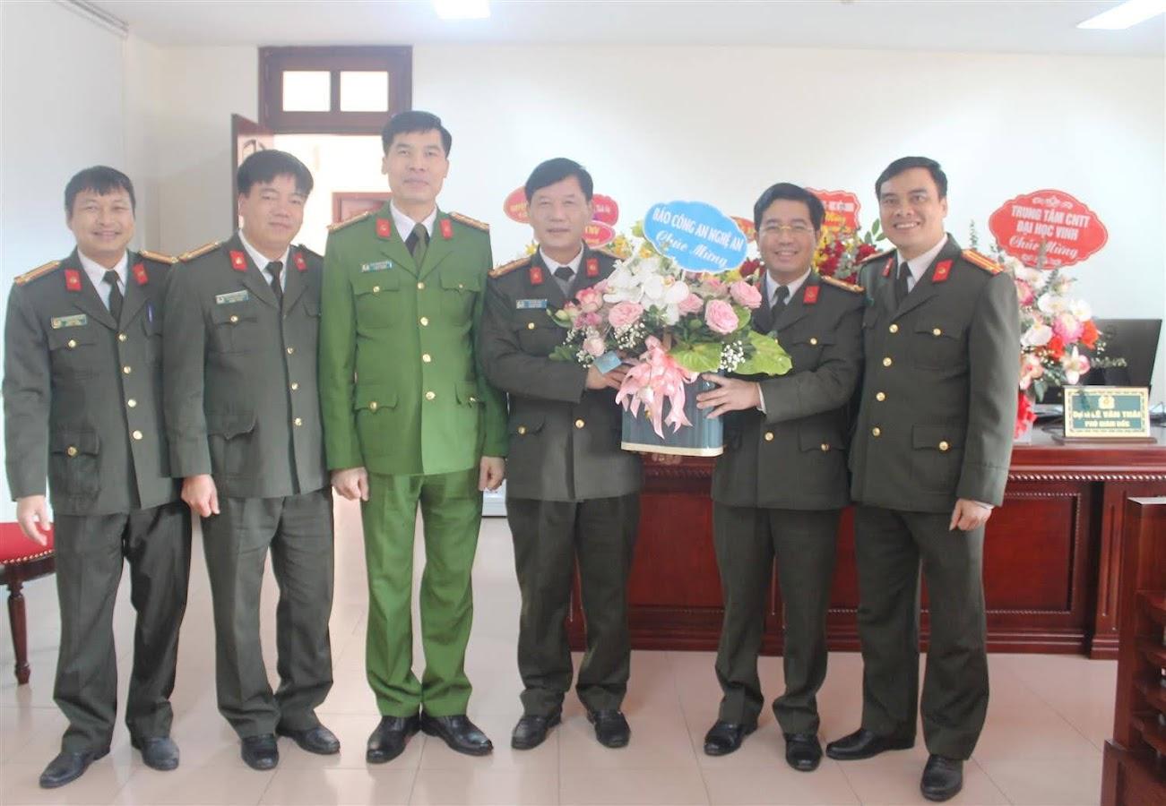 Báo Công an Nghệ An tặng hoa chúc mừng đồng chí Đại tá Lê Văn Thái - Phó Giám đốc Công an tỉnh