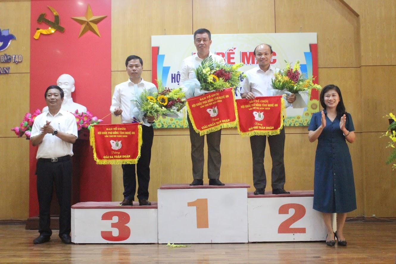 Ban tổ chức trao giải cho các đơn vị đạt thành tích cao nhất