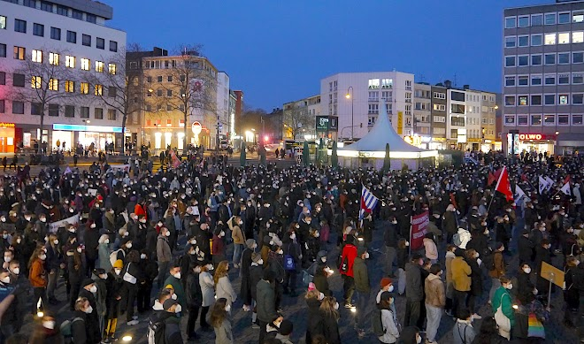 Menschenmenge auf dem Wiener Platz.
