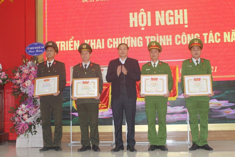Đồng chí Chu Đức Thái, Phó Bí thư Tỉnh đoàn tặng Bằng khen cho các Chi đoàn có thành tích xuất sắc