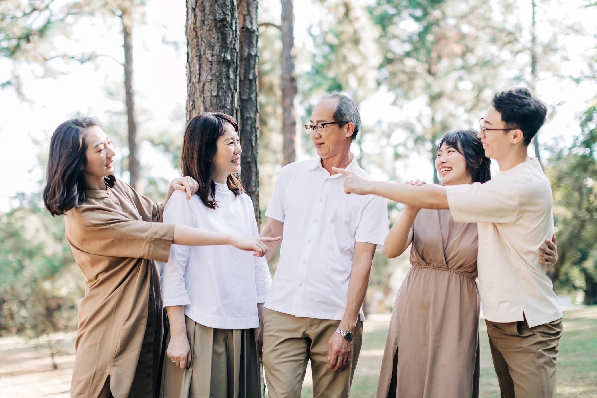東海大學美式家庭寫真 | Hsu's Family | 戶外全家福 - 家庭照 東海大學美式家庭寫真 / 戶外 全家福 親子 / 美式婚紗婚禮 / 家庭照 , 今年秋天,我們在東海大學 ,替侑昕一家拍攝了這組 東海 外景 家庭照 ,在涼爽的季節,拍攝相當順利。這是一次非常深刻的 戶外 親子寫真 全家福 拍攝經驗,而外拍中,我們還買了可愛冰棒,在街道上為她拍攝AG的 逐光 美式 婚紗。