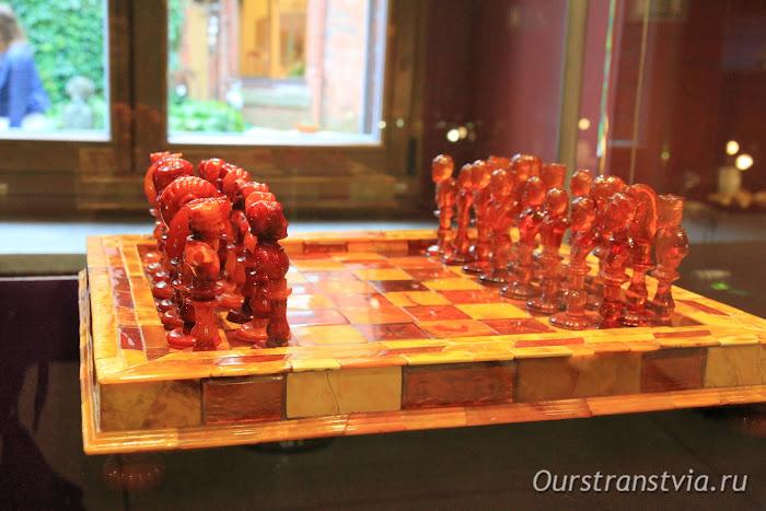 Шахматы из янтаря, экспонаты калининградского Музея янтаря