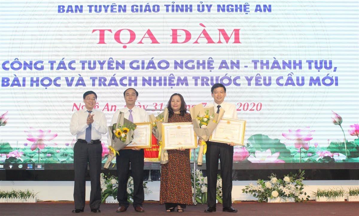 Tặng danh hiệu Chiến sỹ Thi đua cấp tỉnh của UBND tỉnh cho 3 cá nhân Ban Tuyên giáo Tỉnh ủy