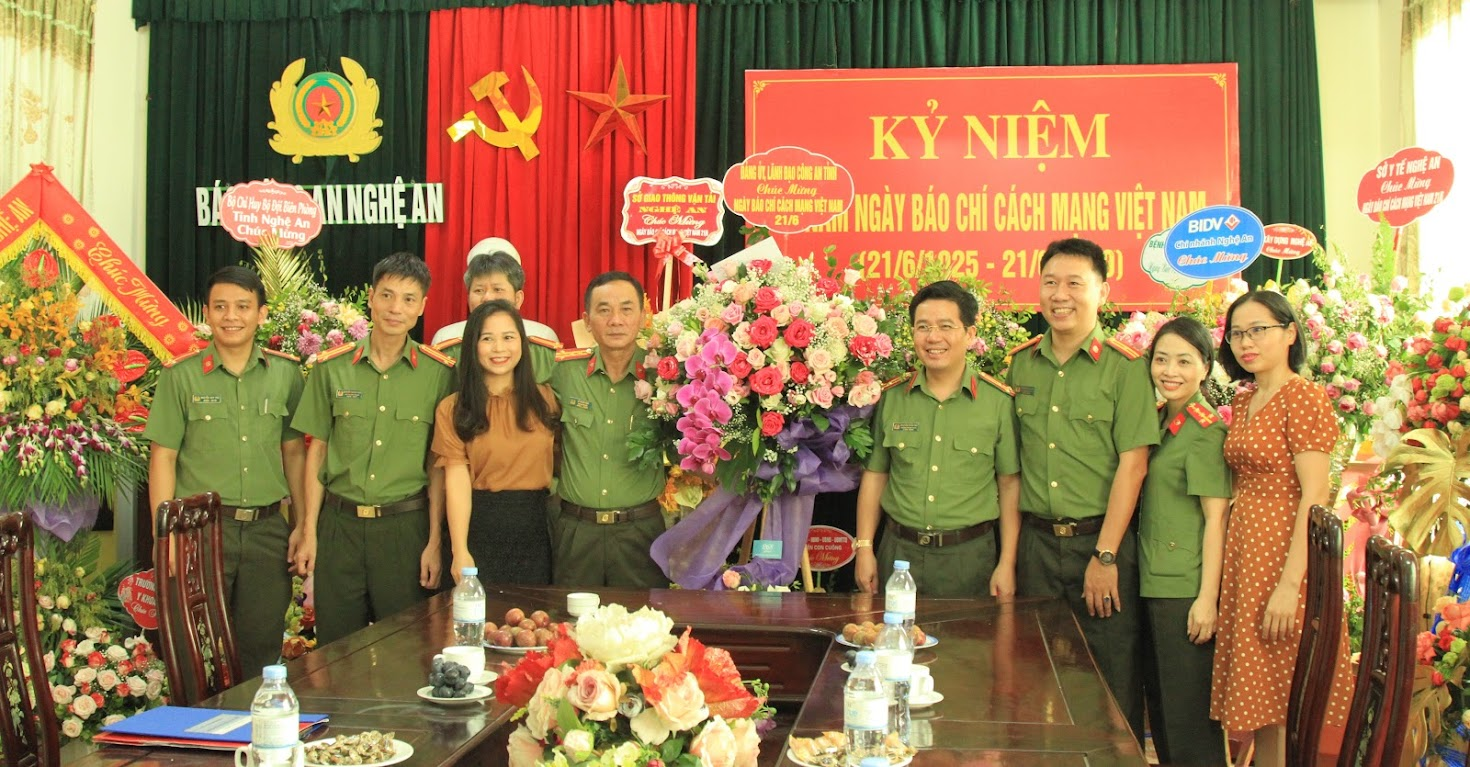 Thay mặt Lãnh đạo Công an tỉnh, Đại tá Lê Xuân Hoài - Phó Giám đốc Công an Nghệ An và đại diện các phòng ban chức năng chúc mừng Báo Công an Nghệ An