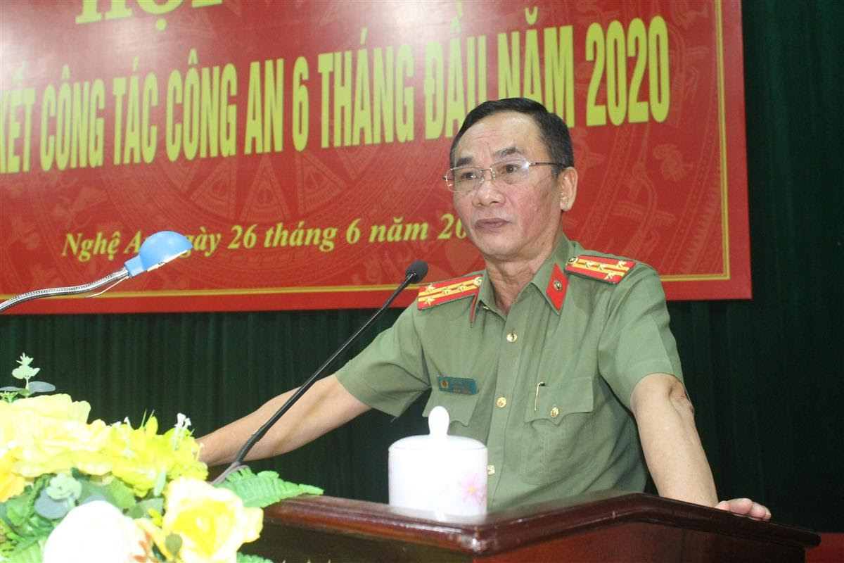 Đại tá Lê Xuân Hoài, Phó Giám đốc Công an tỉnh trình bày báo cáo công tác 6 tháng đầu năm
