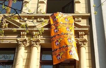 Wohnhausfassade, Fahne aus Plakaten «Wohnen für Menschen statt für Profite!».