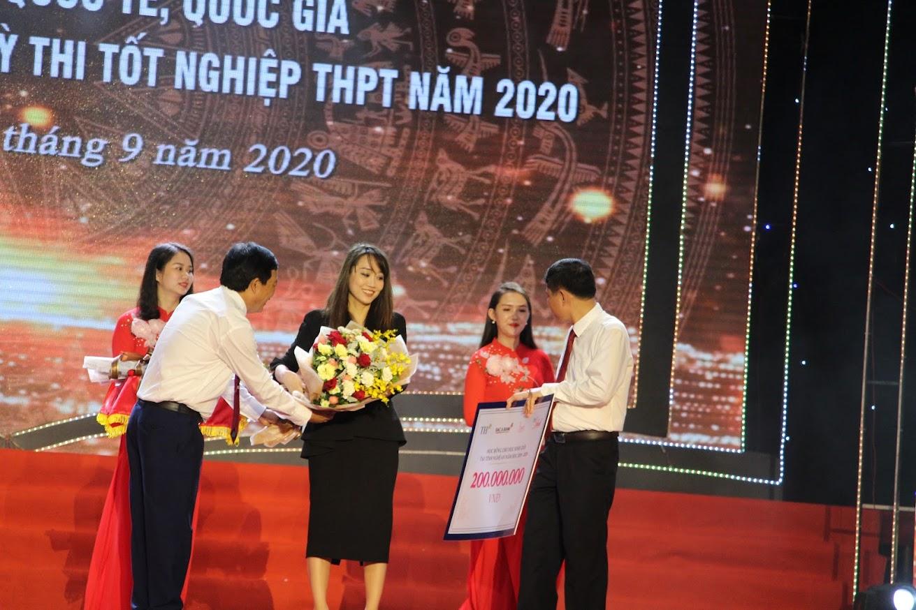 Tại buổi lễ tuyên dương, 11 đơn vị, các nhà hảo tâm đã trao gần 500 triệu đồng để hỗ trợ các em học sinh nghèo vượt khó trong toàn tỉnh Nghệ An.