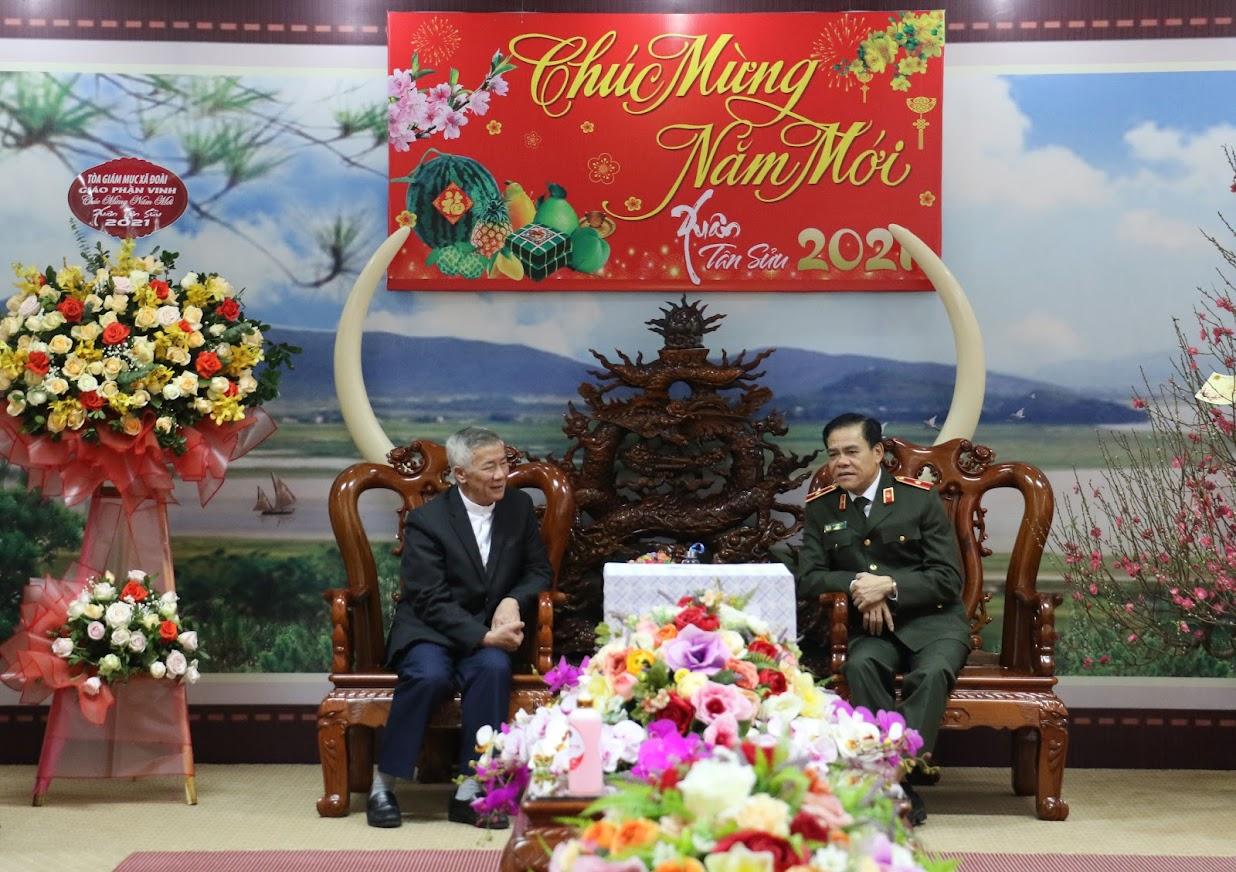 Giám mục Nguyễn Hữu Long trao đổi với Thiếu tướng Võ Trọng Hải, Giám đốc Công an tỉnh