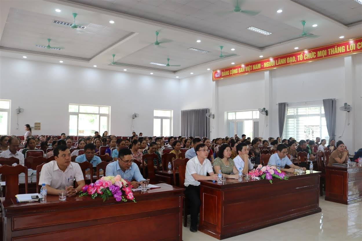 Đại diện lãnh đạo Sở Công Thương, UBND huyện Quỳ Hợp, Điện lực Quỳ Hợp và đông đảo người dân trên địa bàn xã Châu Quang tham dự Lễ phát động