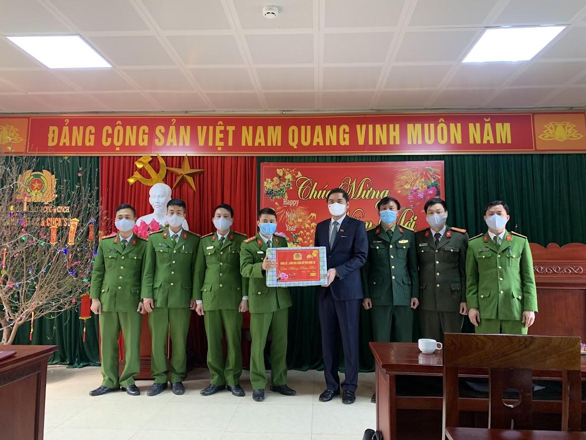 Đồng chí Phó Chủ tịch tặng quà lưu niệm cho Đội CC&CNCH số 1