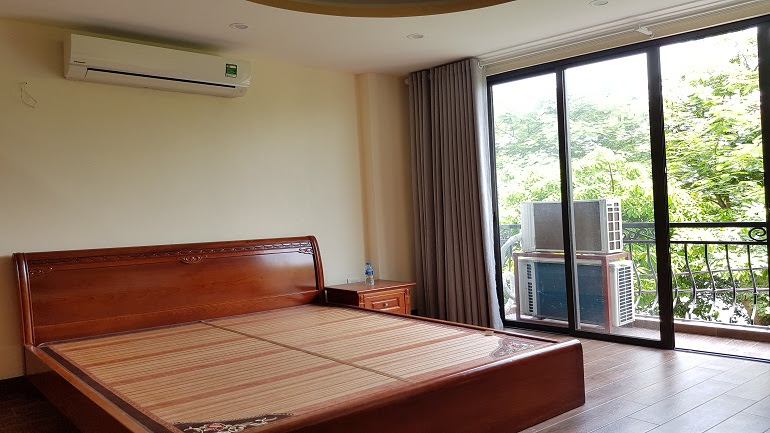 Balcony studio apartment with lake – view in Ve Ho street, Tay Ho district for rent