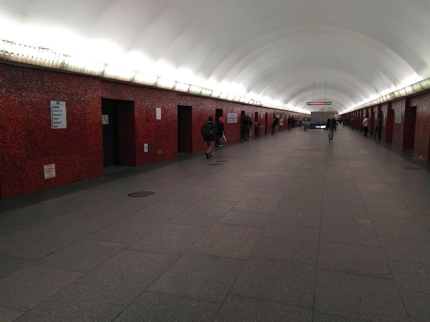 """19. Станция метро """"Маяковская"""". Субботний вечер. 18 часов."""