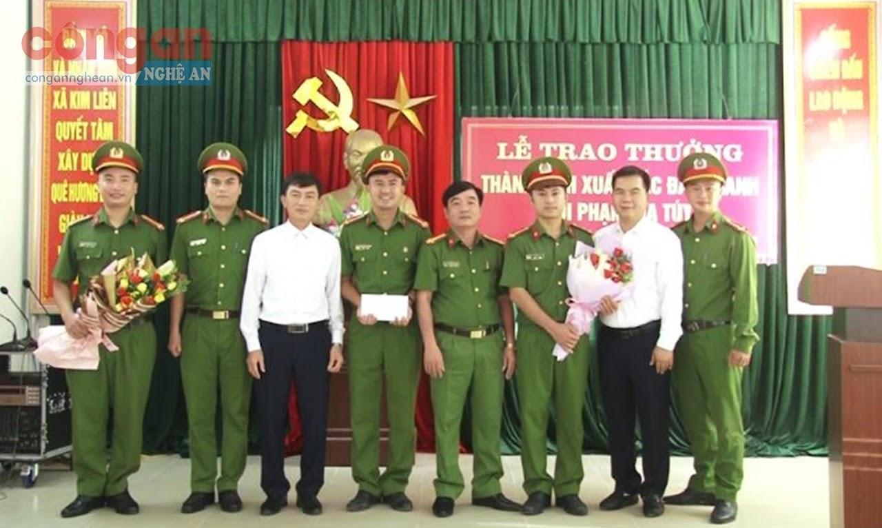 Lãnh đạo Công an huyện Nam Đàn và lãnh đạo xã Kim Liên trao thưởng,  động viên Ban Công an xã Kim Liên vì lập thành tích đấu tranh với tội phạm ma túy