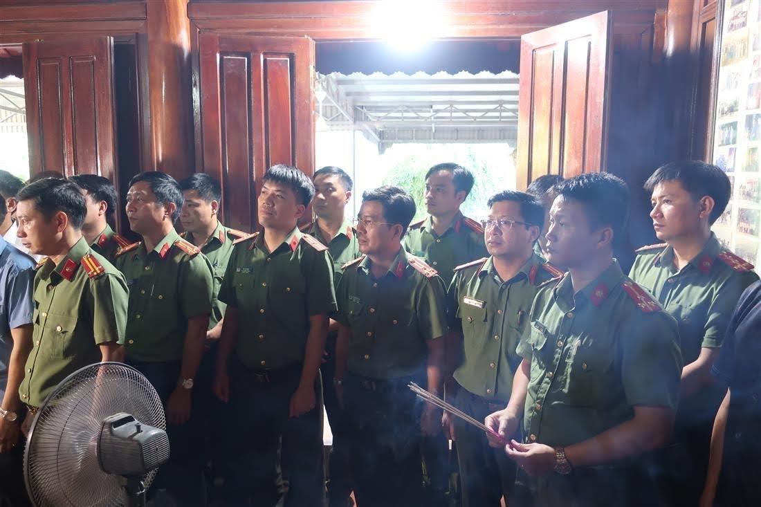Đoàn công tác thành tâm tri ân trước bàn thờ cố Thiếu tướng Lê Văn Khiêu