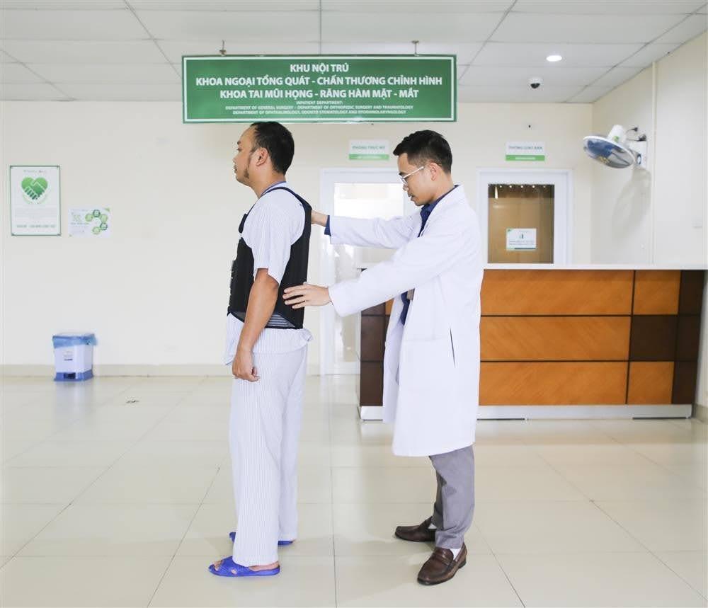 Hình ảnh BSCKI Trần Văn Thuyên - Trưởng Khoa Ngoại cơ xương khớp đang thăm khám cho Người bệnh