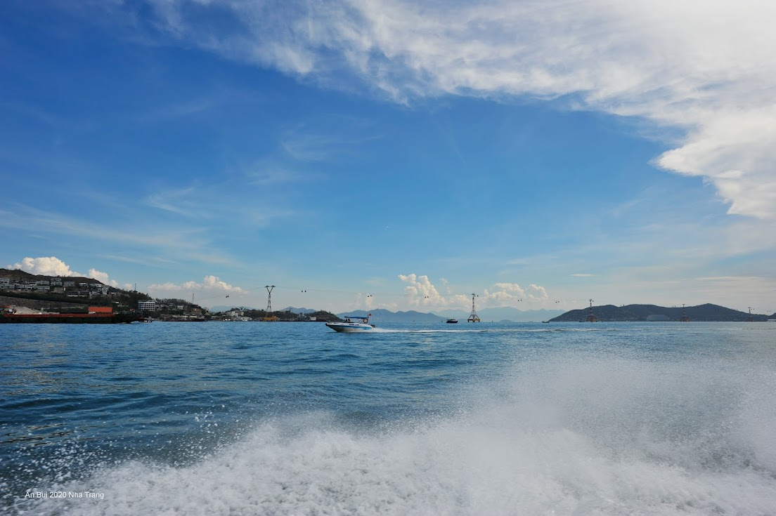 Cano tham quan đảo tại Nha Trang