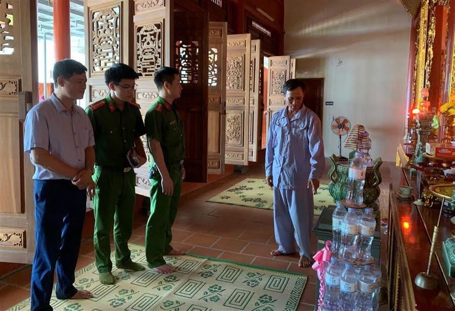 Lực lượng công an làm việc với chùa Đông Yên (xã Quỳnh Thuận) bị đối tượng đột nhập vào đêm rằm tháng 7 vừa qua