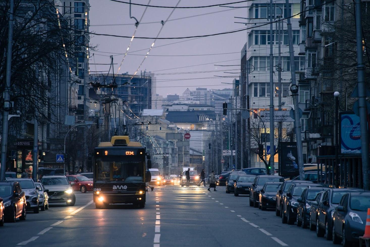 Тролебус біля метро Палац Спорту