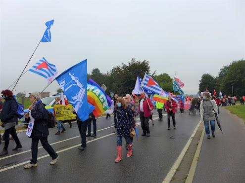 Demonstration mit Friedensfahnen.