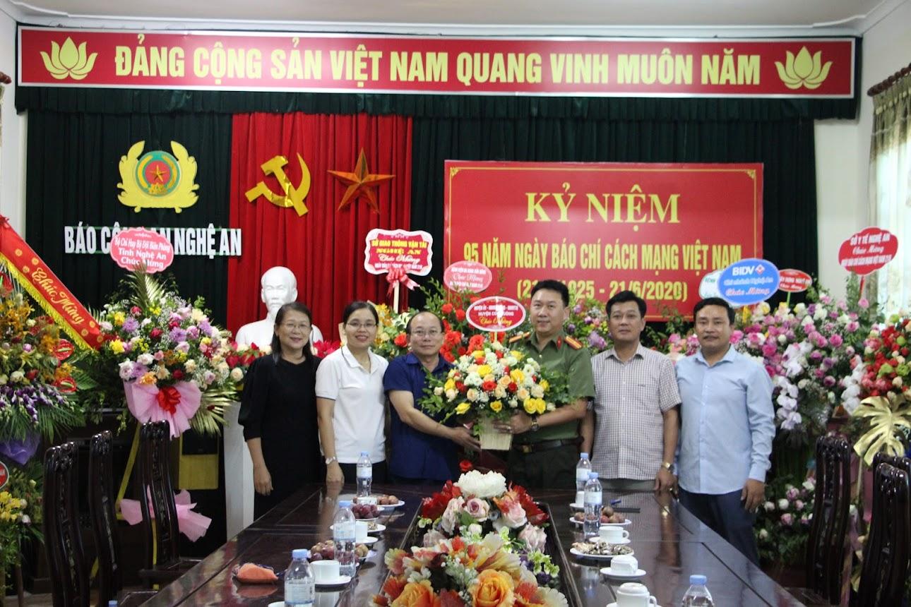 Huyện Con Cuông chúc mừng Báo Công an Nghệ An
