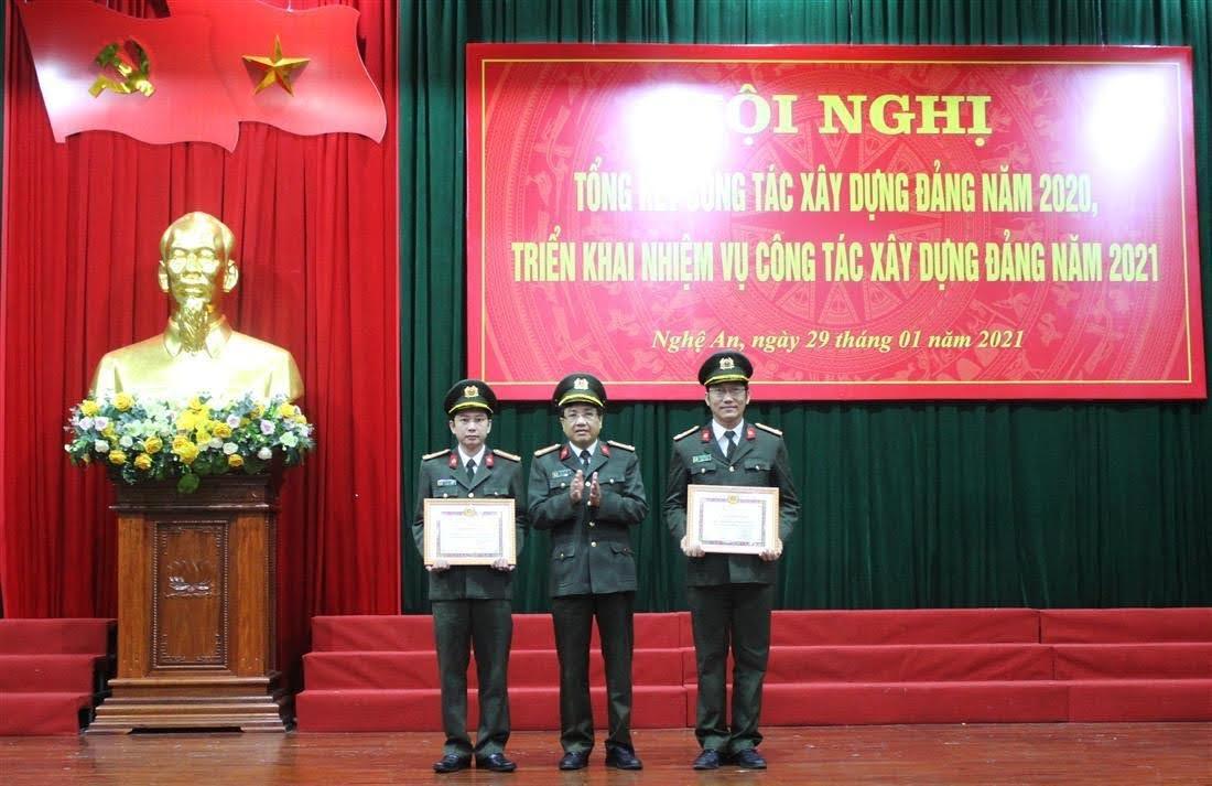 Đồng chí Đại tá Hồ Văn Tứ – Phó Bí thư Đảng ủy, Phó Giám đốc Công an tỉnh trao tặng Giấy khen cho 2 tập thể đạt tiêu chuẩn trong sạch, vững mạnh tiêu biểu năm năm 2020.