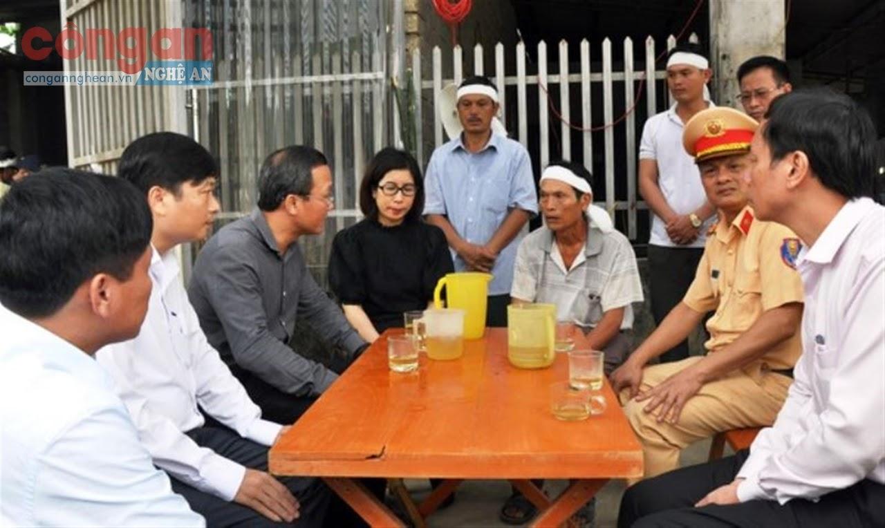 Đoàn công tác thăm hỏi gia đình nạn nhân