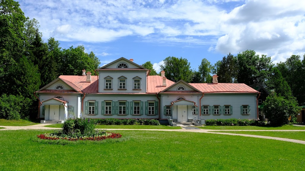 Главный усадебный дом, который является самой старой сохранившейся постройкой на территории.