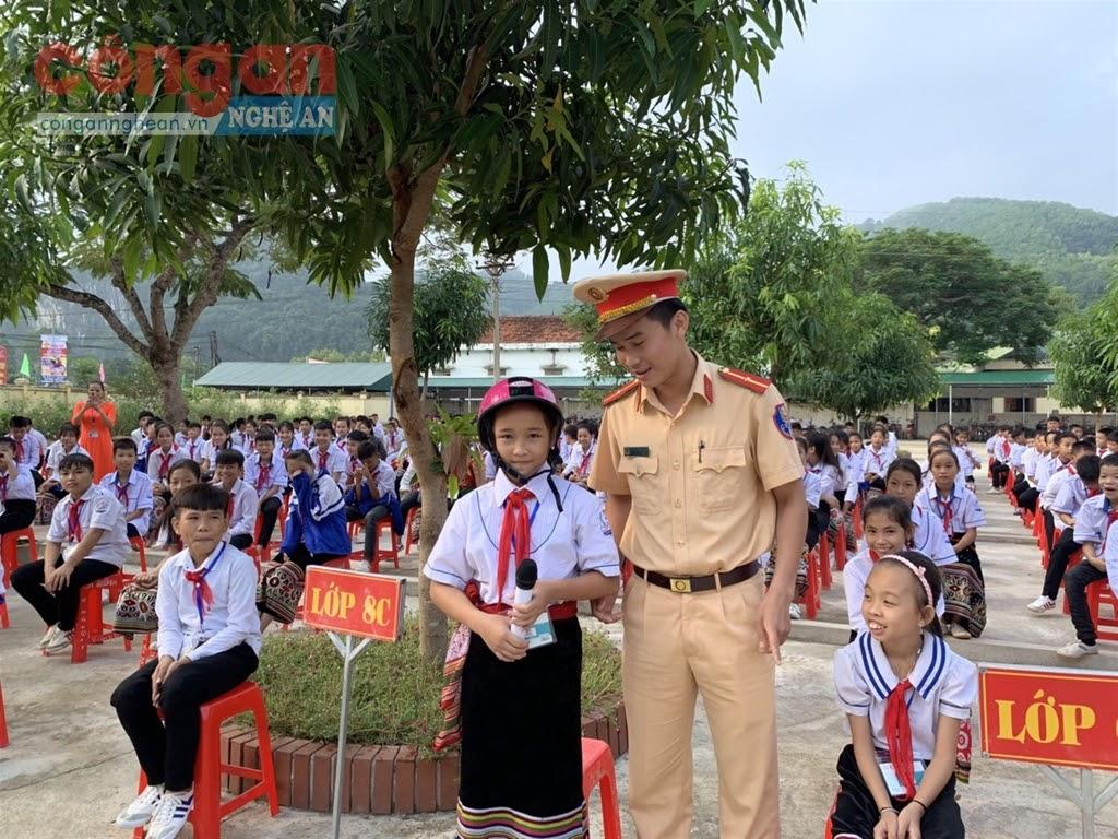 Cảnh sát giao thông Công an huyện Quỳ Châu tuyên truyền, phổ biến,               giáo dục Luật Giao thông đường bộ cho các em học sinh