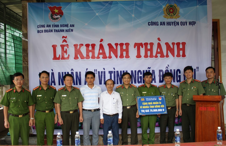 Trao tặng nhà tình nghĩa cho đồng chí Thượng úy Vi Văn Tuấn, cán bộ Công an huyện Qùy Hợp
