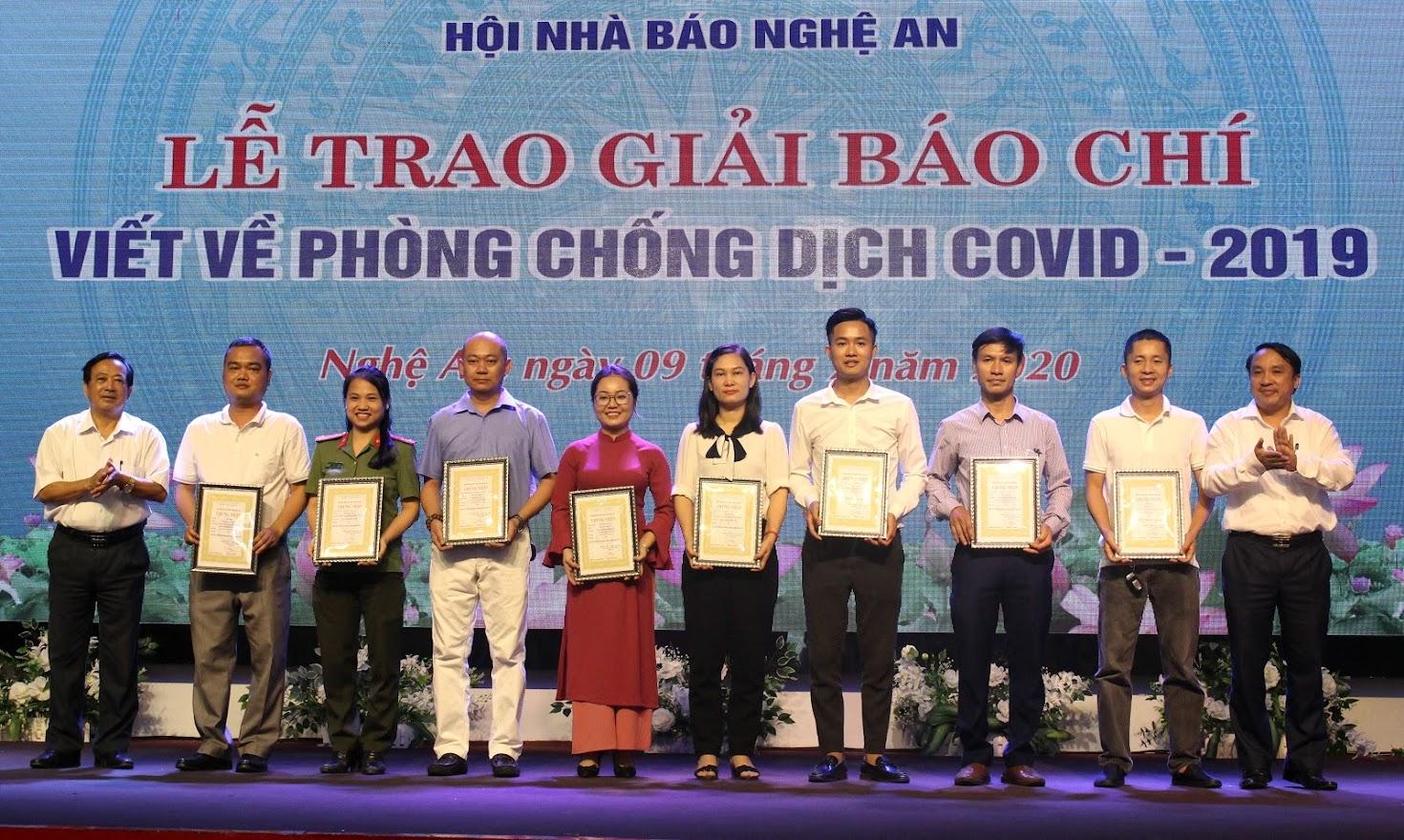 Ông Dương Đình Chỉnh - Giám đốc Sở Y tế và ông Trần Duy Ngoãn - Chủ tịch Hội Nhà báo tỉnh trao giải Ba cho các tác giả.
