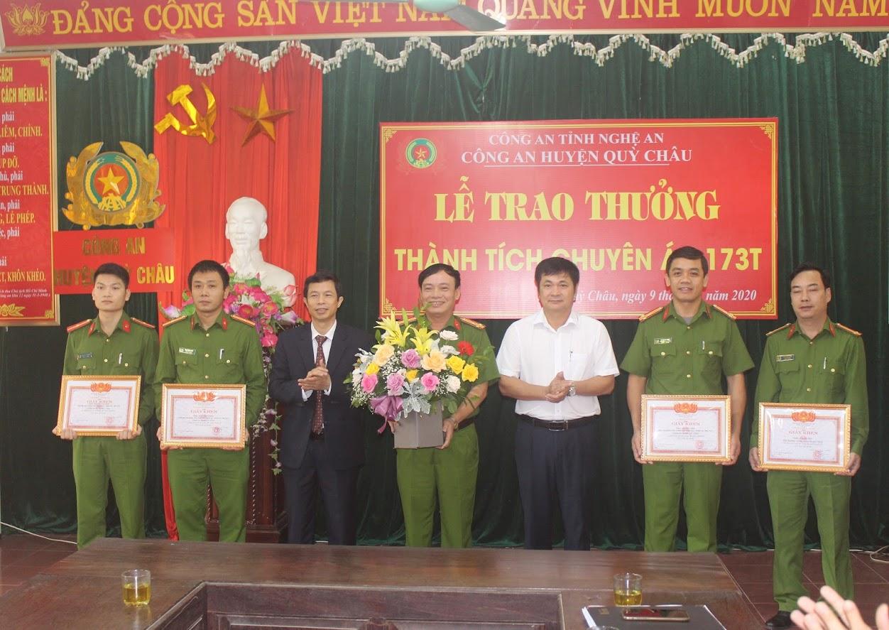 Lãnh đạo huyện Quỳ Châu tặng hoa chúc mừng tập thể Công an huyện về thành tích khám phá thành công Chuyên án