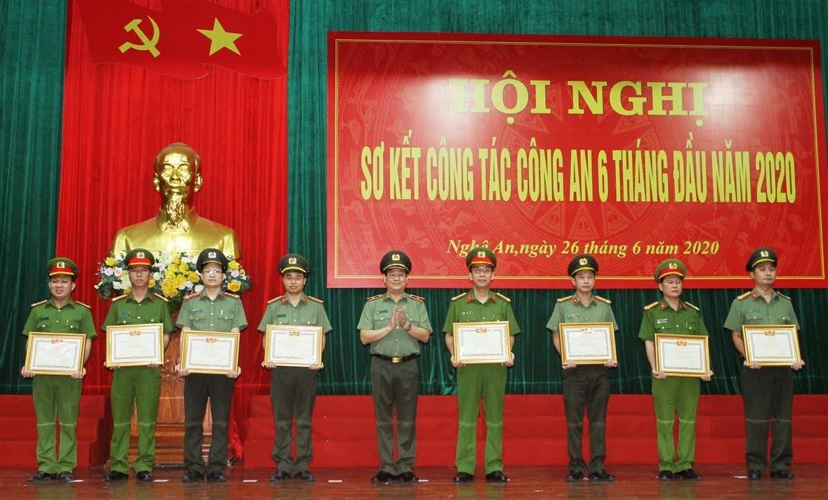 Thừa ủy quyền đồng chí Bộ trưởng Bộ Công an, Thiếu tướng Nguyễn Hữu Cầu, Giám đốc Công an tỉnh đã trao tặng danh hiệu Chiến sỹ thi đua toàn lực lượng CAND cho các cá nhân