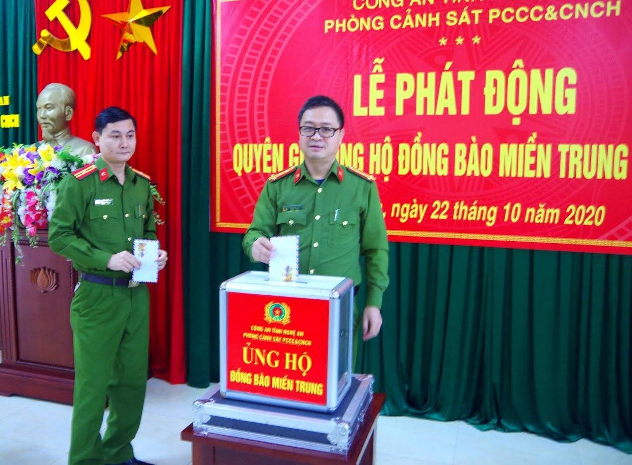 Đại tá Nguyễn Ngọc Thanh – Trưởng phòng Cảnh sát PCCC&CNCH cùng các CBCS quyên góp ủng hộ đồng bào miền Trung chịu hậu quả do thiên tai lũ lụt