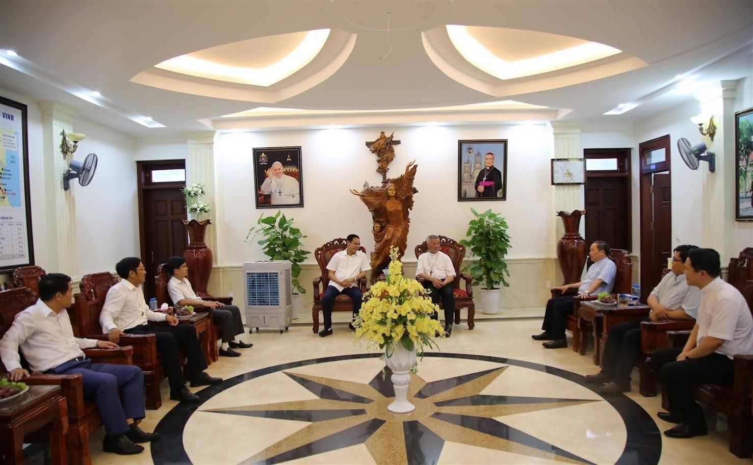 Thiếu tướng Võ Trọng Hải, Giám đốc Công an tỉnh Nghệ An thăm hỏi các vị Giám mục, Linh mục và chức sắc tôn giáo tại Tòa Giám mục giáo phận Vinh