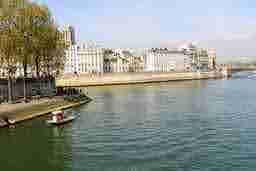 エミリー、パリへ行く Running Ile de la Cite square du vert galant