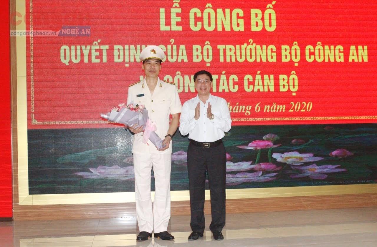 Đồng chí Nguyễn Văn Thông, Phó Bí thư Tỉnh ủy tặng hoa chúc mừng đồng chí Phó Giám đốc