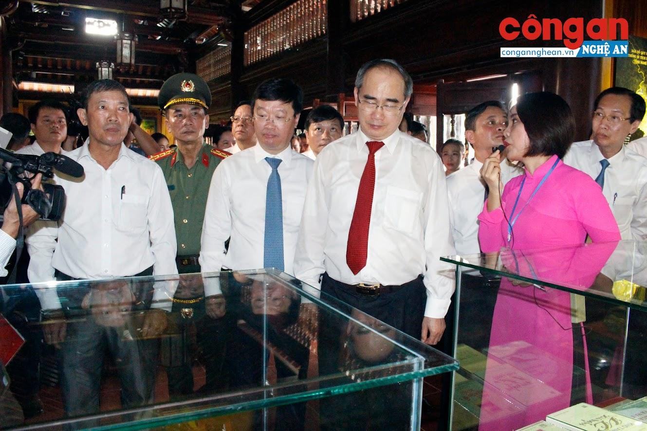 Các đại biểu tham quan Khu di tích lịch sử Quốc gia đặc biệt Kim Liên