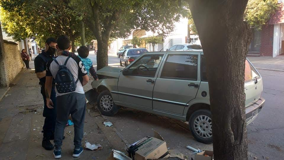 ACCIDENTE: AUTO CHOCA ÁRBOL EN EL CENTRO