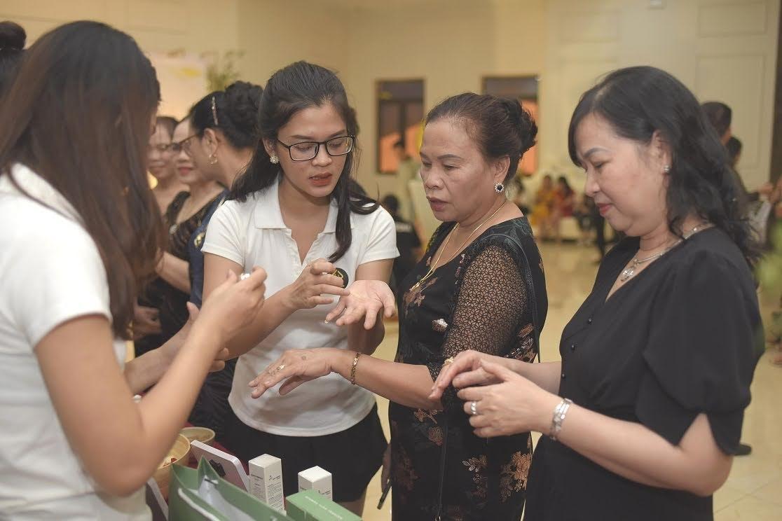 Quý khách hàng đến tham gia sự kiện đều được các giải đáp, tư vấn thông tin làm đẹp nhiệt tình