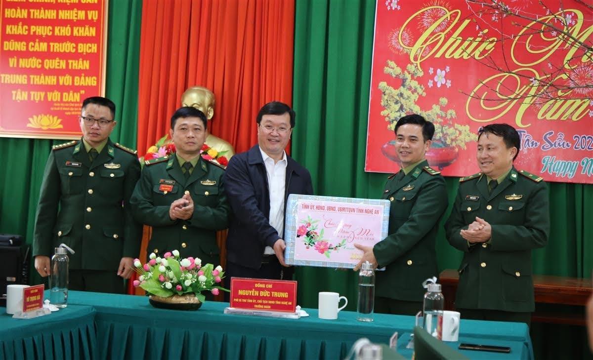 Chủ tịch UBND tỉnh tặng quà Tết cho Đồn Biên phòng Mỹ Lý
