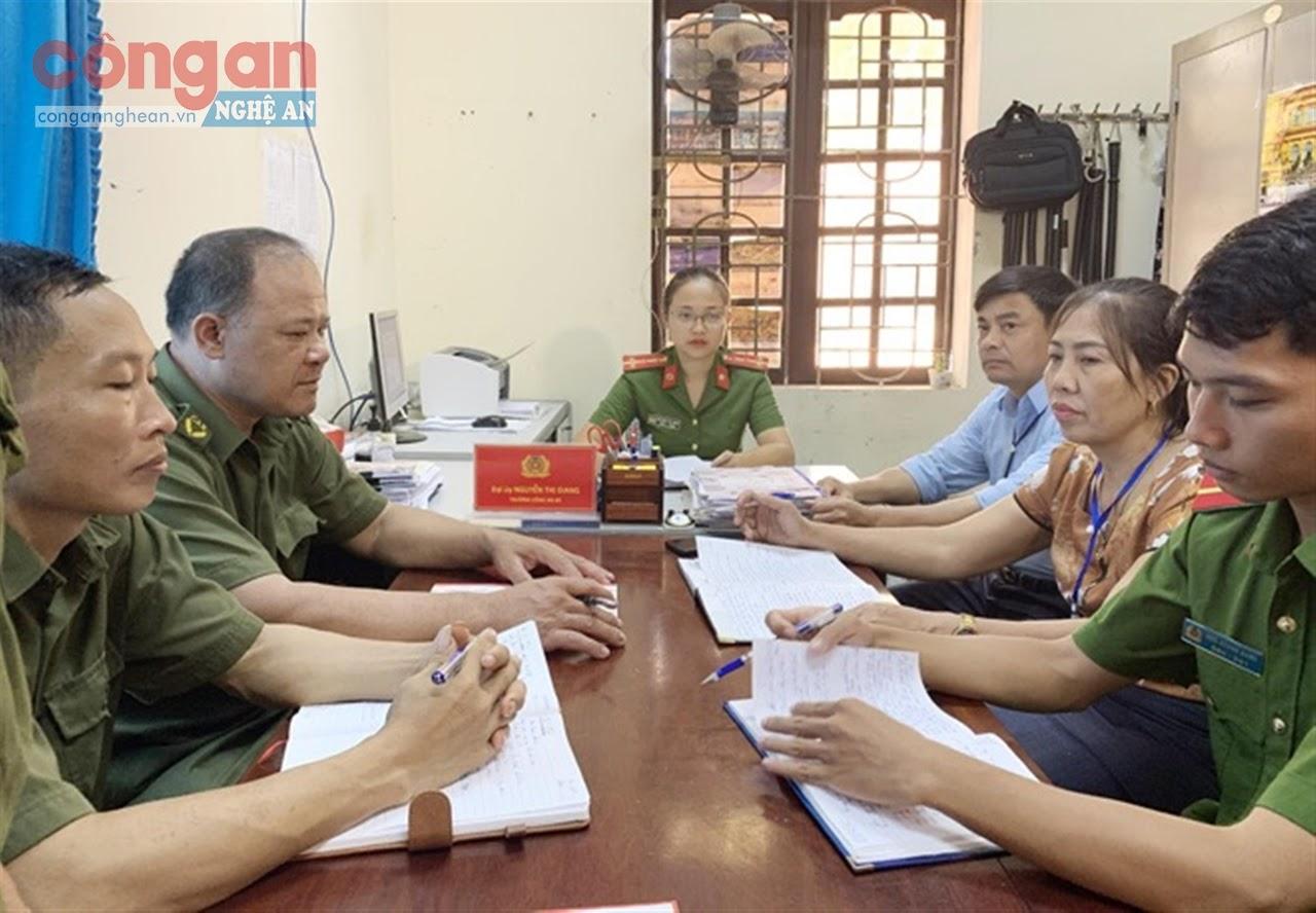 Đại úy Nguyễn Thị Giang, Trưởng Công an xã Yên Sơn,            huyện Đô Lương bàn kế hoạch triển khai công tác bảo đảm ANTT trên địa bàn