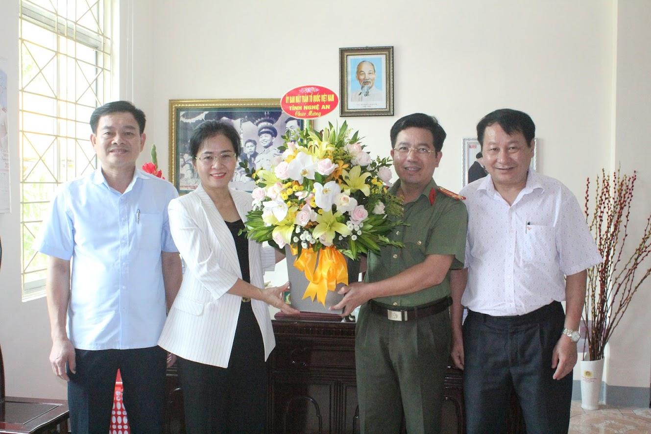 MTTQ tỉnh Nghệ An tặng hoa chúc mừng Báo CANA nhân ngày 21/6