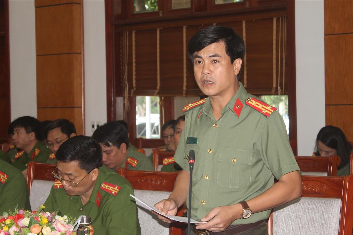 Đồng chí Đại tá Nguyễn Đức Hải, Phó Giám đốc Công an tỉnh trình bày báo cáo kết quả công tác bảo đảm an ninh an toàn Đại hội Đảng các cấp