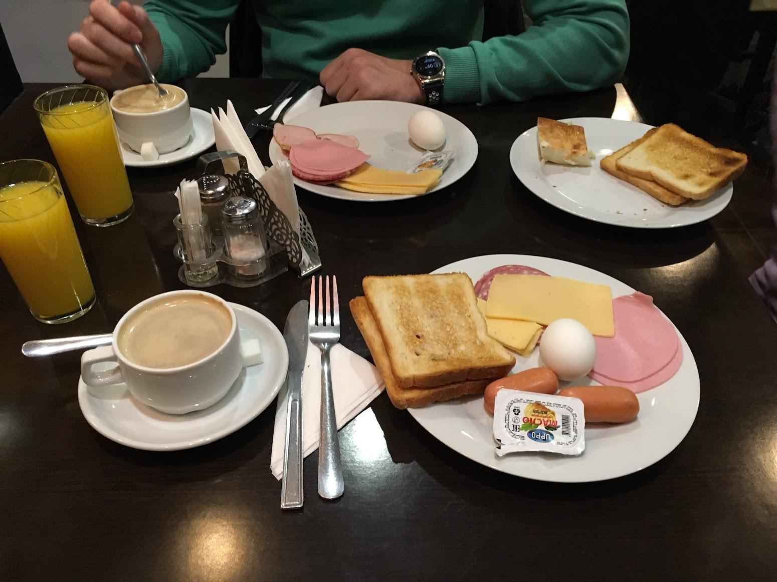 Desayuno en el hotel.